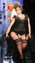 Манекенката Велвет Д'Амур разби представите за изящни форми! Тежи 140 килограма!