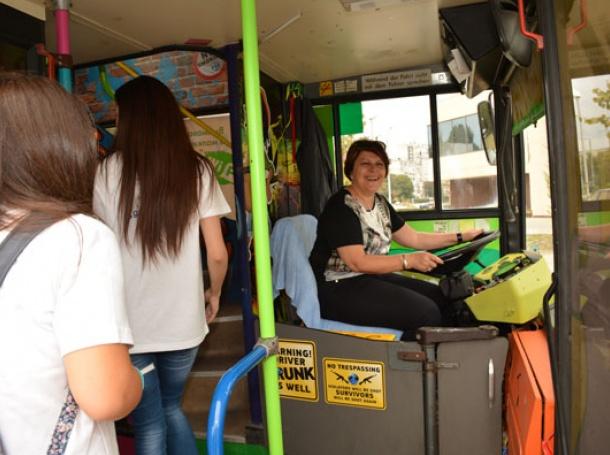 Невиждано! Татяна Дончева подкара автобус!!